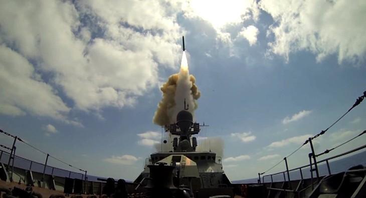 Des missiles Kalibr tuent des terroristes qui tentaient d'encercler des Russes en Syrie - ảnh 1