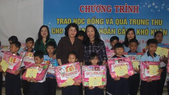 Dang Thi Ngoc Thinh remet des cadeaux de la mi-automne à Hue - ảnh 1