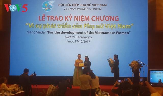 Médaille « Pour le développement des femmes vietnamiennes » à Han Mi Young - ảnh 1