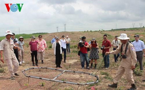 Aide aux victimes des bombes et des mines des communes frontalières - ảnh 1