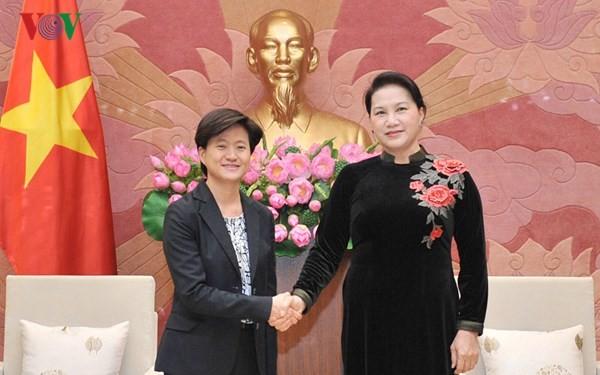 L'ambassadrice singapourienne reçue par la présidente de l'Assemblée nationale - ảnh 1