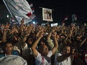 រលកការធ្វើបាតុកម្មទាមទាឲ្យស្តាដំណែងសំរាប់លោក Morsi បន្តរីករាយដាលនៅអេហ្ស៊ីប - ảnh 1