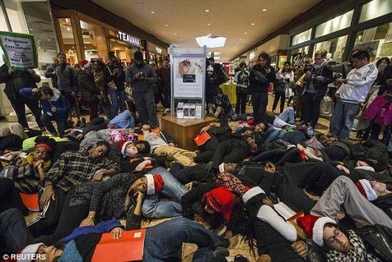 """អាមេរិក៖ បាតុករធ្វើពហិការទិវា """"Black Friday"""" សំដៅប្រឆាំងជំទាស់សាលក្រមអំពីរឿងហេតុ Ferguson - ảnh 1"""
