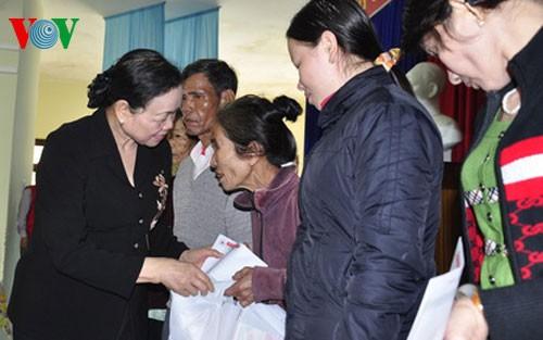 លេខាមជ្ឈឹមបក្សនិងជាប្រធានគណៈកម្មការឃោសនានិងអប់រំមជ្ឈឹមវៀតណាមទៅជូនពរបុណ្យតេតប្រពៃណីនៅខេត្ត Quang Nam - ảnh 1