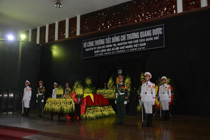 ពិធីបុណ្យសពអតីតអនុប្រធានរដ្ឋសភាវៀតណាមលោក Truong Quang Duoc ត្រូវបានរៀបចំឡើងយ៉ាងឱឡារឹក - ảnh 1