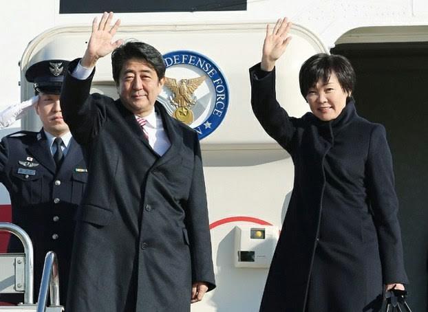 នាយករដ្ឋមន្ត្រីជប៉ុន លោក Shinzo Abe ចាប់ផ្តើមដំណើរទស្សនកិច្ចជាផ្លូវការនៅវៀតណាម - ảnh 1