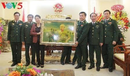 ប្រធានរដ្ឋសភាលោកស្រី Nguyen Thi Kim Ngan អញ្ជើញទៅសាកសួរសុខទុកនិងជួនពរបញ្ជាការដ្ឋានកងទ័ពការពារព្រំដែ - ảnh 1