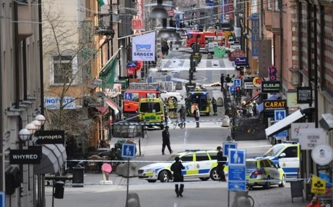 រថយន្តមួយគ្រឿងបើកបំបុក មនុស្សស្លាប់ ៤ នាក់និងជាច្រើននាក់ទៀត របួសក្នុងទីក្រុង Stockholm ប្រទេសស៊ុយអែត - ảnh 1