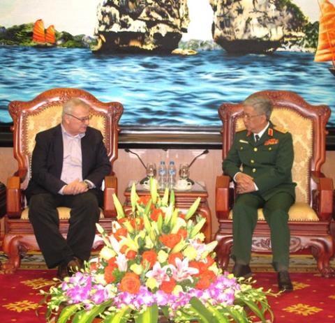 Thượng tướng Nguyễn Chí Vịnh tiếp cựu Đại sứ Mỹ tại Việt Nam Michael Michalak  - ảnh 1