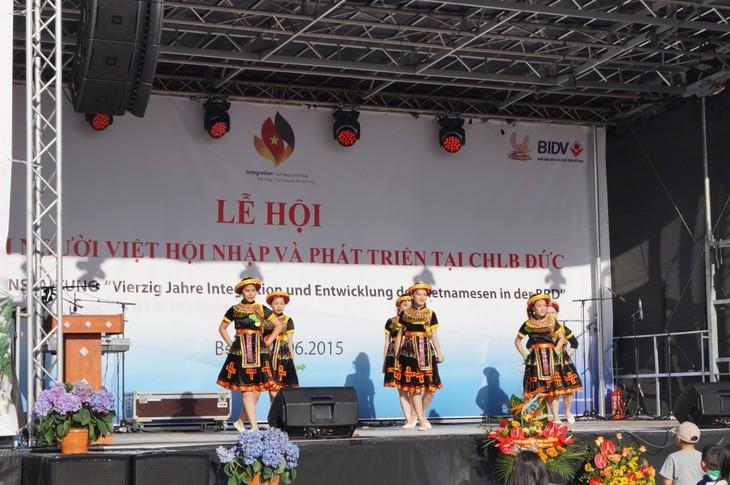 """Lễ hội """"40 năm người Việt Nam hội nhập và phát triển tại CHLB Đức"""" - ảnh 1"""