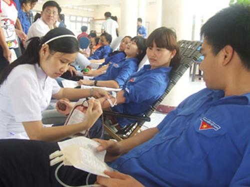 Năm 2015 sẽ vận động 17.000 đơn vị máu cấp cứu, điều trị người bệnh - ảnh 1