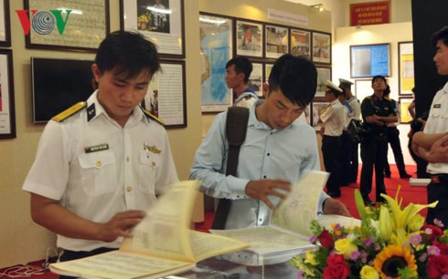 Naval Region 2 Command's exhibition on Hoang Sa, Truong Sa archipelagoes - ảnh 1