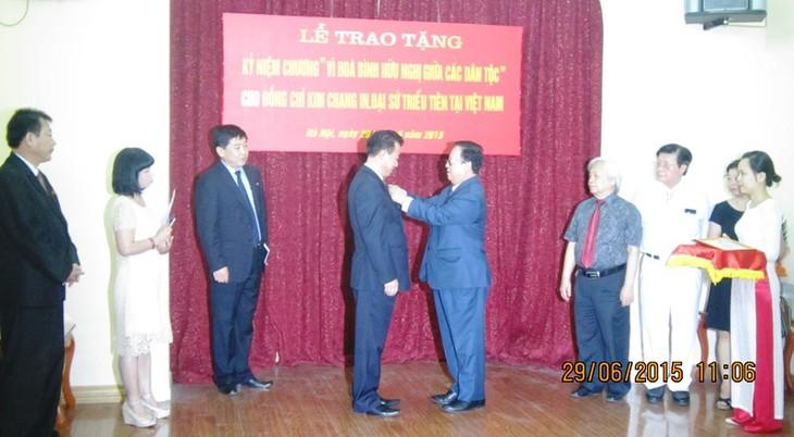 В Ханое наградили посла КНДР памятной медалью «Во имя мира и дружбы между народами» - ảnh 1