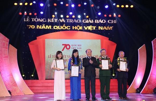 В Ханое вручена премия за лучшие журналистские произведения «70 лет Национальному собранию СРВ» - ảnh 1