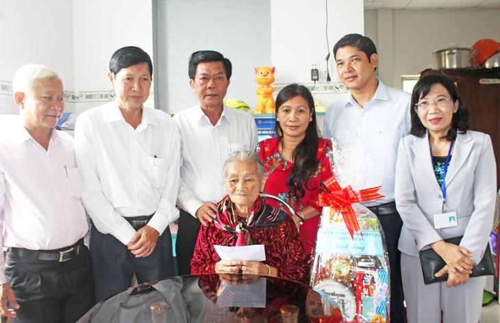 Во Вьетнаме продолжаются мероприятия в честь Дня инвалидов войны и павших фронтовиков - ảnh 1