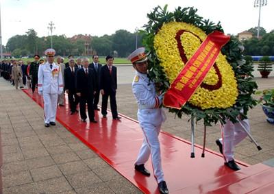 Hommage au président Ho Chi Minh et aux Morts pour la Patrie - ảnh 1