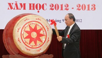 Les dirigeants Vietnamiens ont assisté à la rentrée scolaire 2012-2013 - ảnh 2