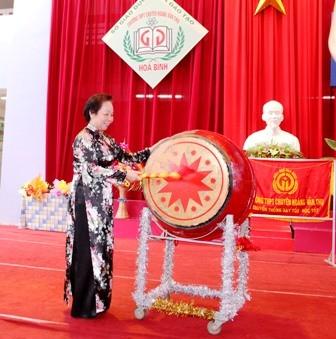 Les dirigeants Vietnamiens ont assisté à la rentrée scolaire 2012-2013 - ảnh 3