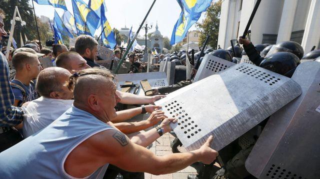 Une réforme constitutionnelle tourne à la bataille rangée à Kiev - ảnh 1