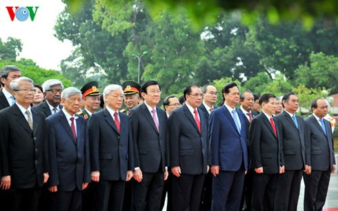 Les dirigeants rendent hommage au président Hô Chi Minh et aux héros morts pour la patrie - ảnh 2