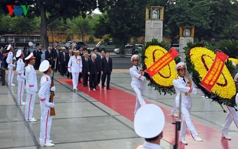 Les dirigeants rendent hommage au président Hô Chi Minh et aux héros morts pour la patrie - ảnh 1