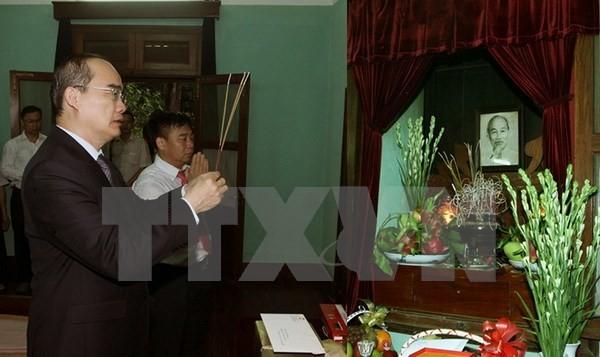 Les dirigeants vietnamiens rendent hommage au président Ho Chi Minh - ảnh 1
