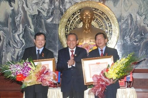Remise de l'insigne «Pour la cause du tribunal» aux responsables laotiens et cambodgiens - ảnh 1
