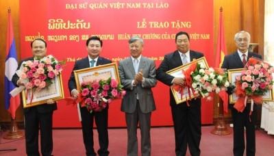 Le Vietnam honore certains responsables laotiens - ảnh 1