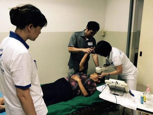 Les médecins vietnamiens viennent en aide à des patients démunis au Laos - ảnh 2
