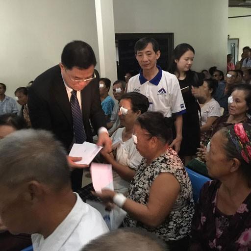 Les médecins vietnamiens viennent en aide à des patients démunis au Laos - ảnh 4