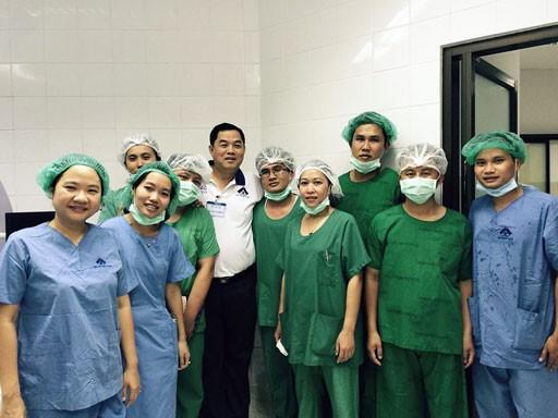 Les médecins vietnamiens viennent en aide à des patients démunis au Laos - ảnh 5