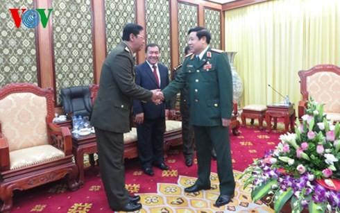 Intensifier la coopération entre les armées vietnamienne et cambodgienne - ảnh 1