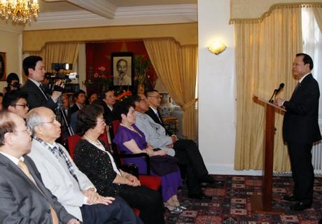 Vu Van Ninh visite l'ambassade du Vietnam au Royaume Uni - ảnh 1