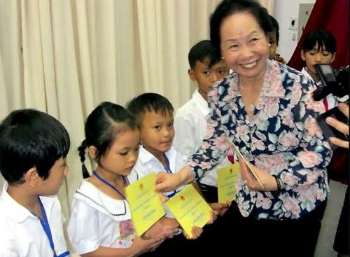 Nguyên Thi Doan remet des bourses d'études aux enfants de Hâu Giang - ảnh 1