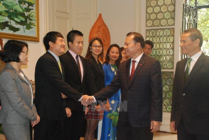 Vu Van Ninh visite l'ambassade du Vietnam en Belgique - ảnh 1