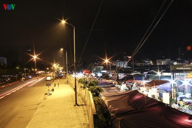 La vie nocturne au marché Long Biên - ảnh 1