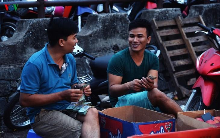 La vie nocturne au marché Long Biên - ảnh 14