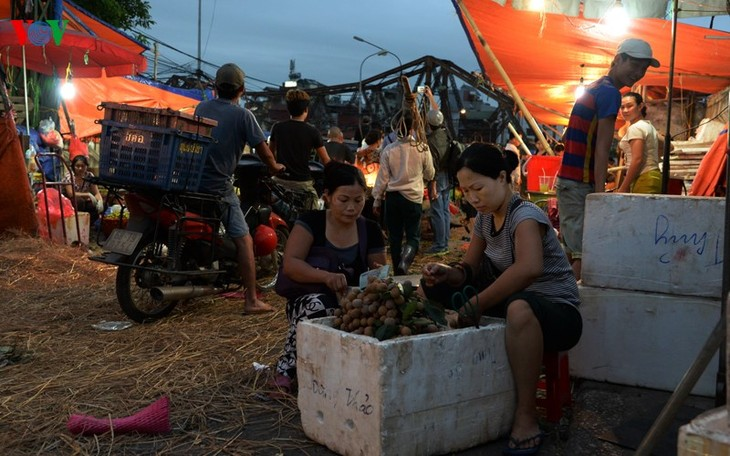 La vie nocturne au marché Long Biên - ảnh 2