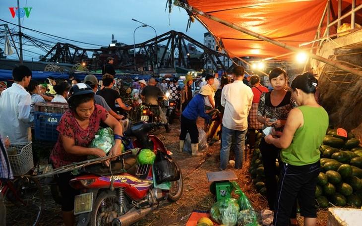 La vie nocturne au marché Long Biên - ảnh 3