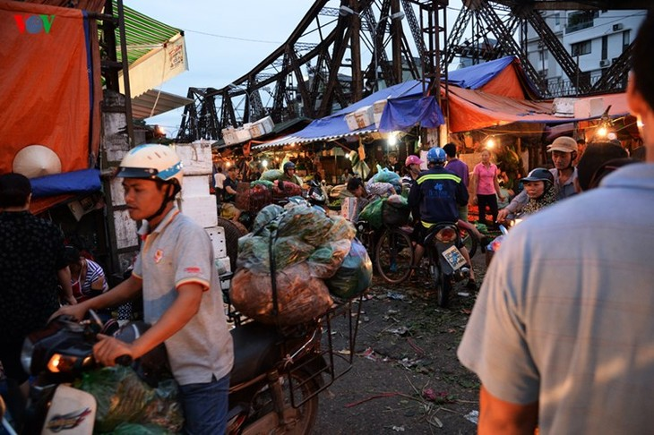 La vie nocturne au marché Long Biên - ảnh 4