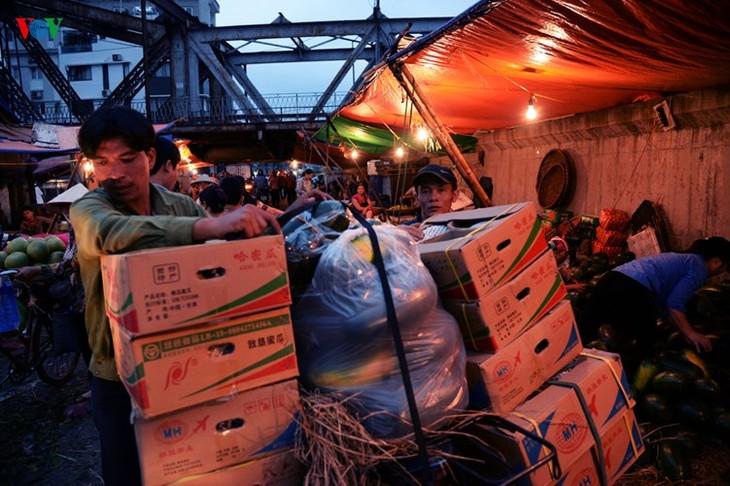 La vie nocturne au marché Long Biên - ảnh 5