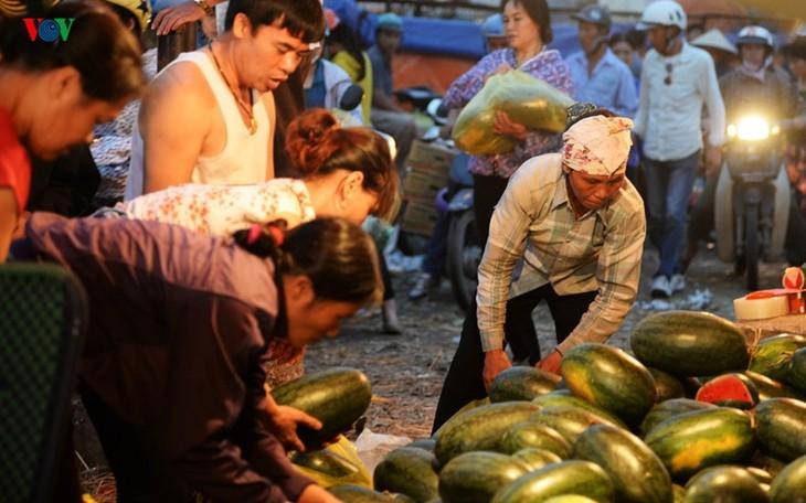 La vie nocturne au marché Long Biên - ảnh 6