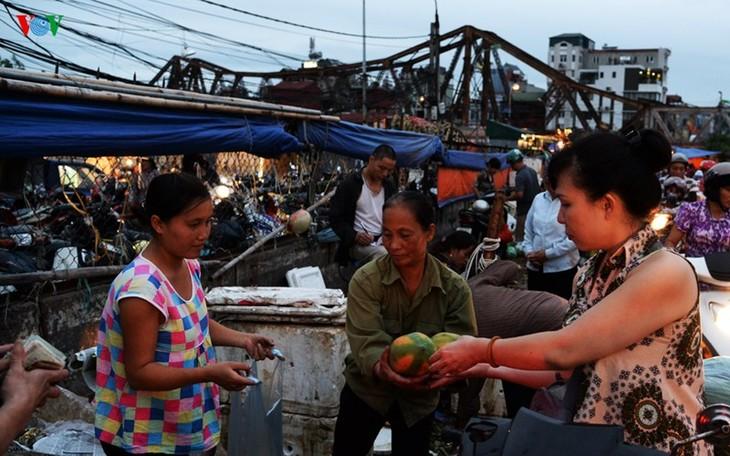La vie nocturne au marché Long Biên - ảnh 7