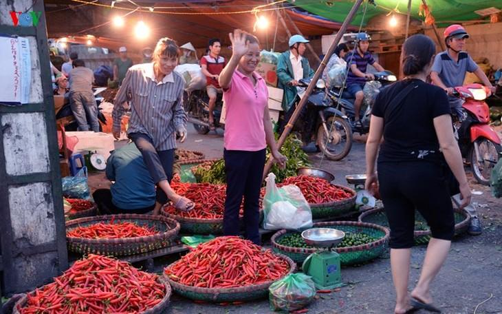La vie nocturne au marché Long Biên - ảnh 8