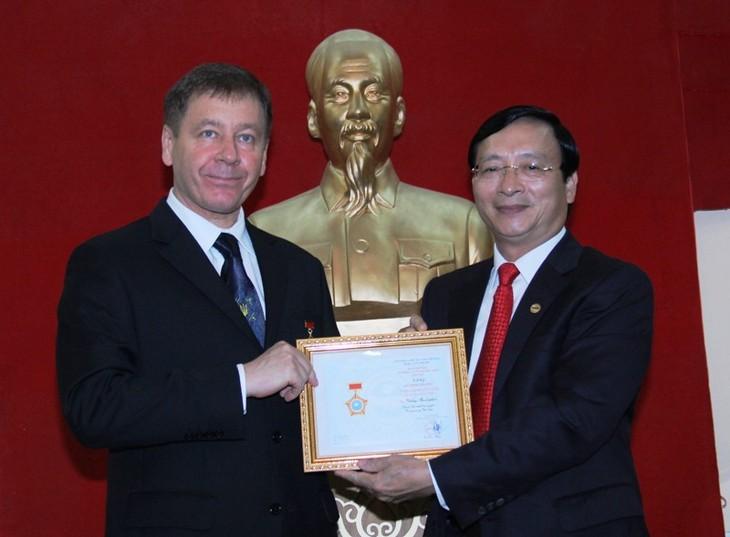 Remise de la médaille « Pour la paix et l'amitié » à l'ambassadeur d'Ukraine - ảnh 1