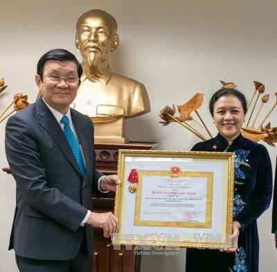 Truong Tan Sang remet l'Ordre et décore la délégation vietnamienne à l'ONU - ảnh 1