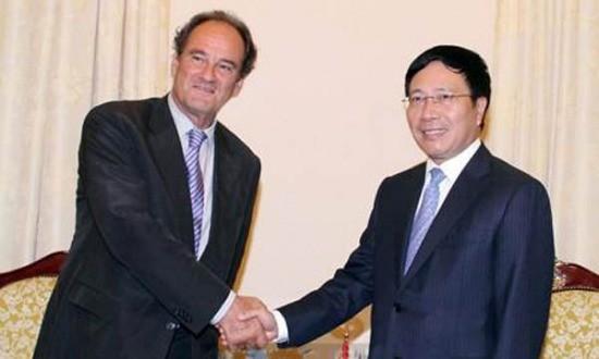 Pham Binh Minh à la rencontre du secrétaire général de la cour d'arbitrage international  - ảnh 1