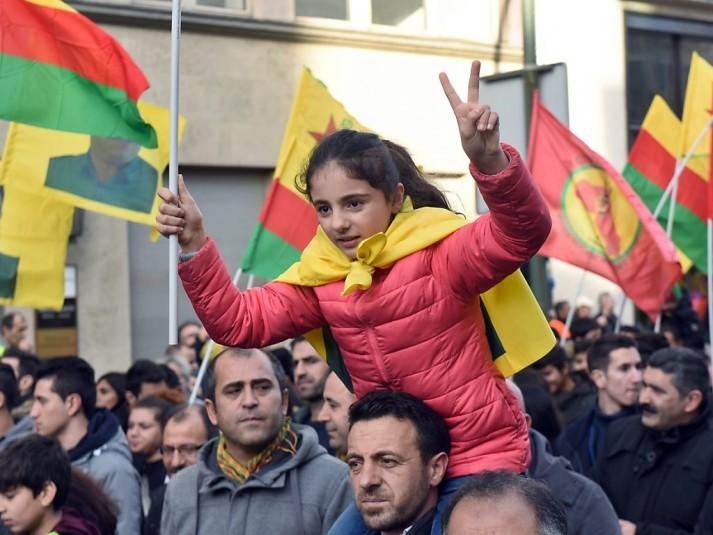 Une manifestation réunit environ 15.000 pro-Kurdes à Düsseldorf - ảnh 1