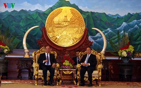Nguyên Xuân Phuc rencontre des hauts dirigeants laotiens - ảnh 1