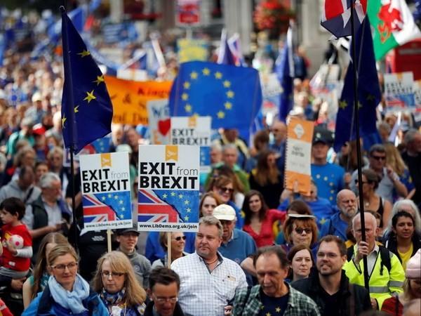 ការដង្ហែក្បួនប្រឆាំងជំទាស់ Brexit ដោយទ្រង់ទ្រាយធំប្រព្រឹត្តទៅនៅទីក្រុងឡុង  - ảnh 1